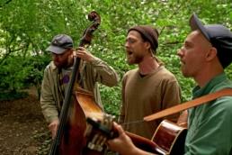 Käptn Peng und die Tentakel von Delphi performing an acoustic session.