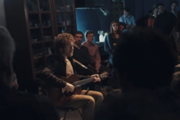 Damien Rice singing an intimate concert